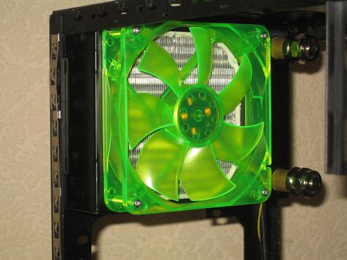 120 миллиметровый радиатор закреплен боком